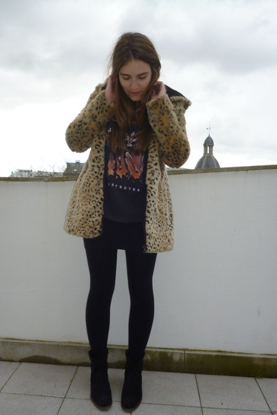 beige Zara coat - black Pull & Bear t-shirt