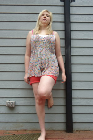hot pink floral Forever21 top - tawny cutoff American Eagle shorts