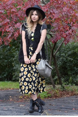 light yellow Forever 21 skirt - black H&M vest - gray Primark t-shirt