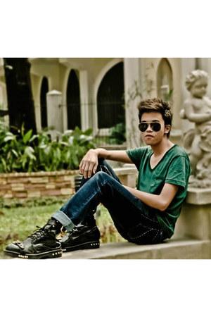 boots - jeans - sunglasses - t-shirt