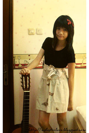 beige skirt - black t-shirt - white belt - red accessories