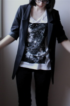 white TNA t-shirt - black H&M blazer - black leggings wilfred pants