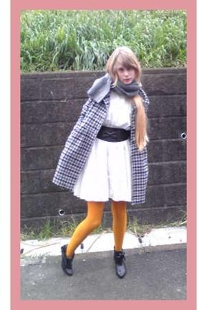 Note et Silence dress - vintage coat - Muji scarf - vintage boots - handmade bel