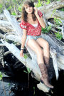 Red-american-eagle-top-white-top-gray-american-eagle-shorts-brown-boots