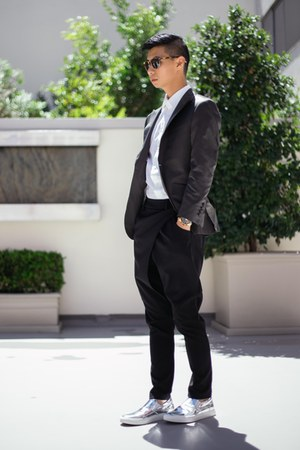 charcoal gray grey Indochino suit - black loafers Carlos Pazolini shoes