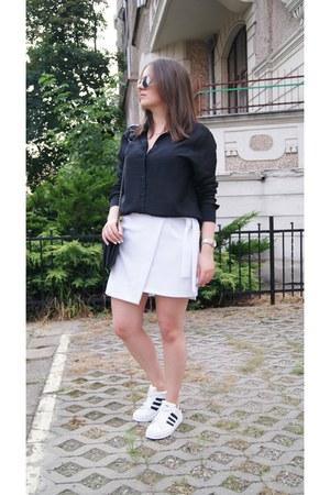 black H&M shirt - white Adidas sneakers