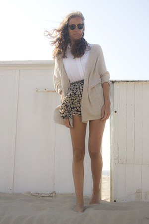pattern floral brandy melville skirt - gold ray-ban sunglasses