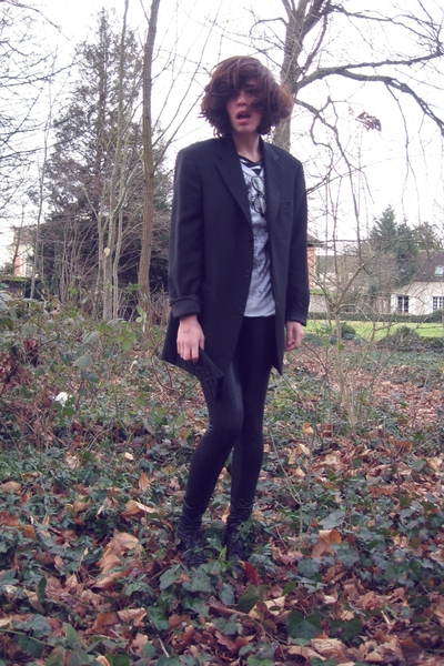 Pimkie tights - Zara t-shirt - dads blazer - Ebay glasses - vintage purse