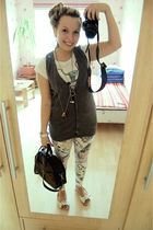 white pull&bear t-shirt - gray 3 suisses vest - white vintage leggings - white O
