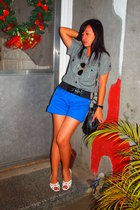 blue shorts - black belt - - white - Ray Ban
