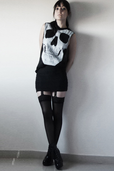black andu t-shirt - black vintage skirt - black tights - black boots