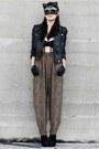 Black-boots-black-motorcycle-jacket-black-chained-fete-des-morts-vintage-bra