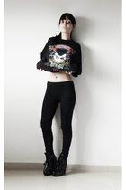 black t-shirt - black leggings - black boots