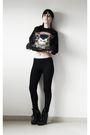Black-t-shirt-black-leggings-black-boots