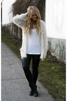 silver fluffy GINA TRICOT cardigan - black Monki boots