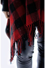 Ruby-red-glitter-scarf-black-modstrm-pants-black-gina-tricot-jumper-black-
