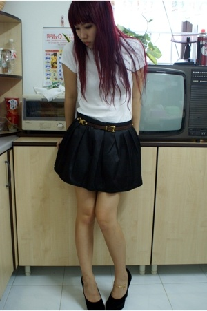 white old navy t-shirt - brown belt - black topshop-replica skirt - black Raoul