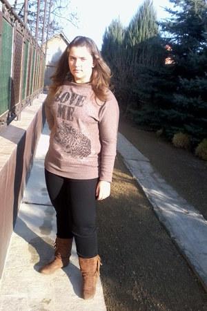 bronze humanic boots - black jeans - camel t-shirt