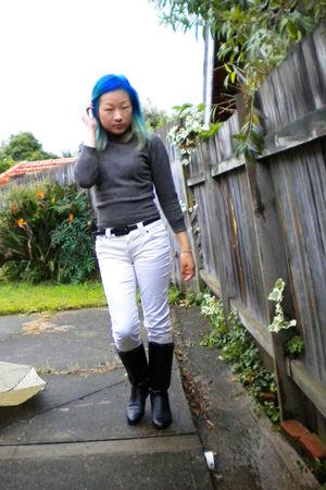 gray sweater - white pants - black Fanfares boots