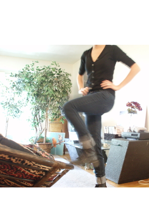 black doc martens boots - black blouse - blue Forever 21 jeans