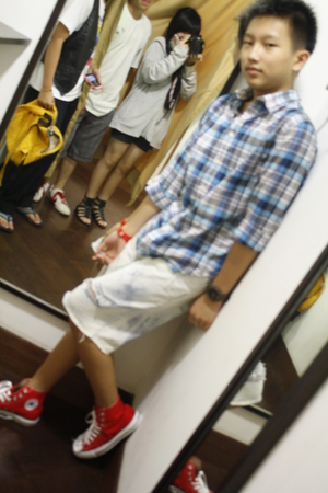red red sneakers shoes - blue tartan shirt shirt - white acid wash short jeans j