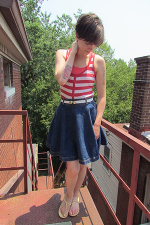 navy vintage Guess skirt - white vintage belt - red Gap top