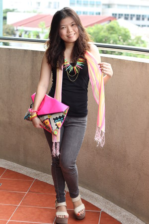 hot pink Bubbles bag - black Mango top
