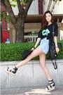 Black-shirt-light-blue-shorts