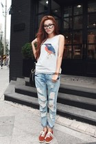 sky blue jeans - tawny shoes - silver shirt - black bag