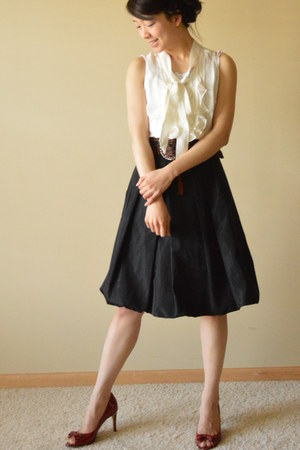 ivory White House Black Market t-shirt - black Zara skirt