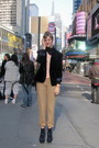 Blue-blazer-beige-shirt-brown-pants-blue-shoes