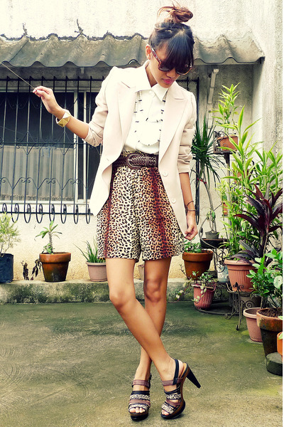 white spiked pearls from Anagon necklace - brown Schu shoes