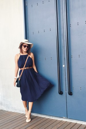 navy shopootdph dress - dark brown komono sunglasses - tan muybienbonita flats