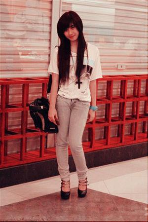 brown necklace silver Guess jeans white Zara men tshirt black Mango