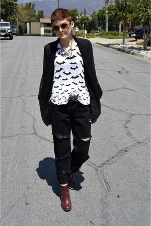 black boyfriend jeans Wrangler jeans - brick red heels Dr Martens boots