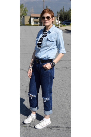 white converse Converse shoes - boyfriend jeans Wrangler jeans - chambray shirt