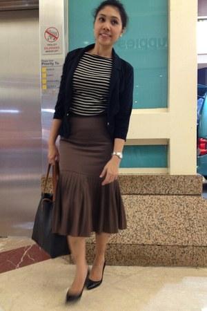 neutral cotton Zara blouse - black pointy Nine West heels
