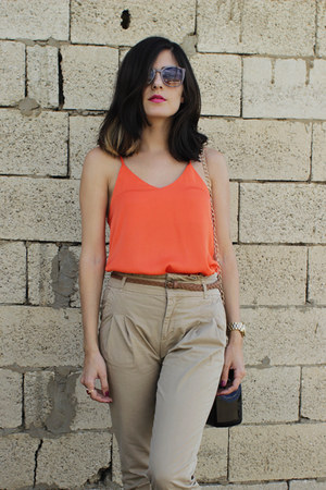 camel high-waisted Zara pants - black M2 bag - gold Springfield sandals