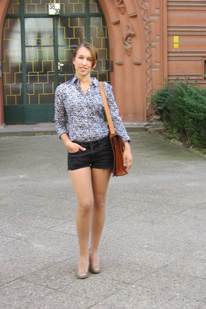 Peek&Cloppenburg blouse - Tommy Hilfiger shorts - Gabor pumps