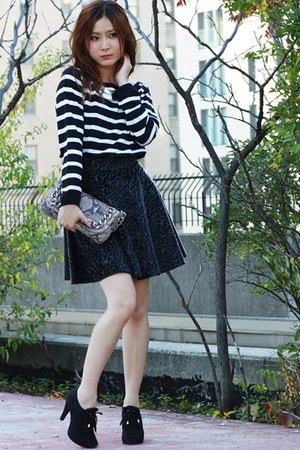 black lustre skirt - white Jacob sweater - tan python print Michael Kors bag