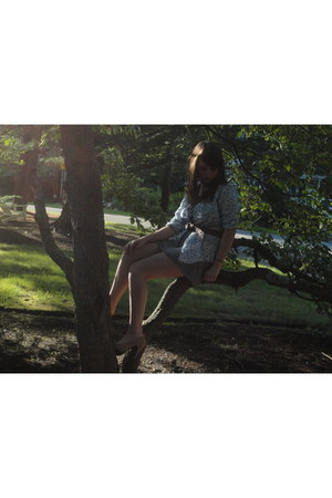 heather gray oversized t-shirt - light blue floral print shirt - tan suede heels