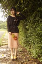 salmon skirt - black Promod sweater - gold junejulia heels