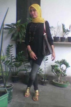 scarf - shirt - Logo Jeans jeans - Blooming shoes - bracelet - LV purse