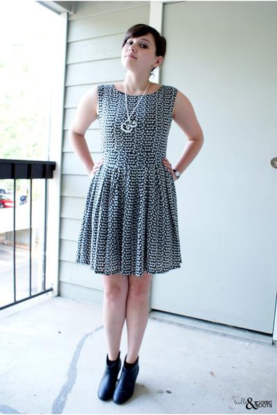 black dress - black heels - white cupcakes & mace necklace