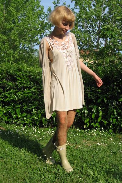 Какое платье под бежевые сапоги
