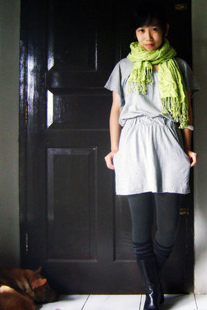 green scarf - gray Magnolia top - gray Bianca Maria stockings - gray sox gallery