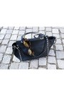 Denim-ordinary-fits-jeans-leather-valentino-bag-res-rei-sunglasses