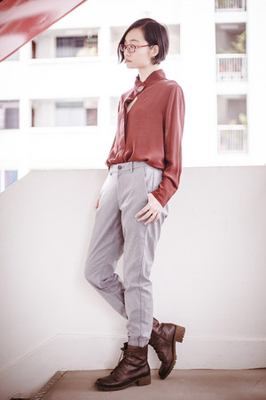 silver jogger Uniqlo pants - crimson brown Steve Madden boots