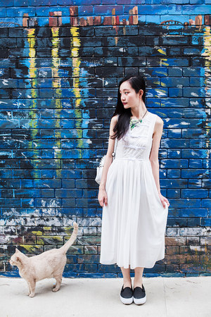 white midi CNdirect dress - green statement Dressin necklace