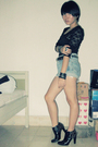 Black-runway-avenue-top-blue-levis-jeans-black-nine-west-shoes-black-rando